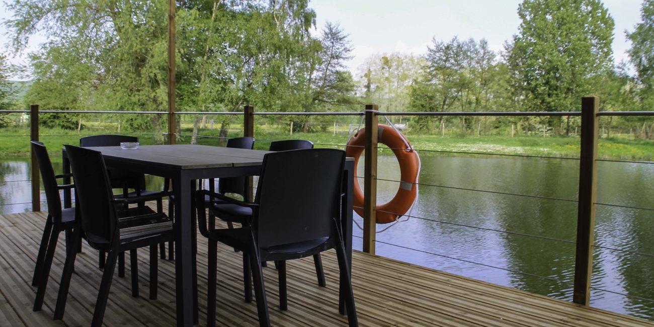 Terrasse de la maison sur l'eau